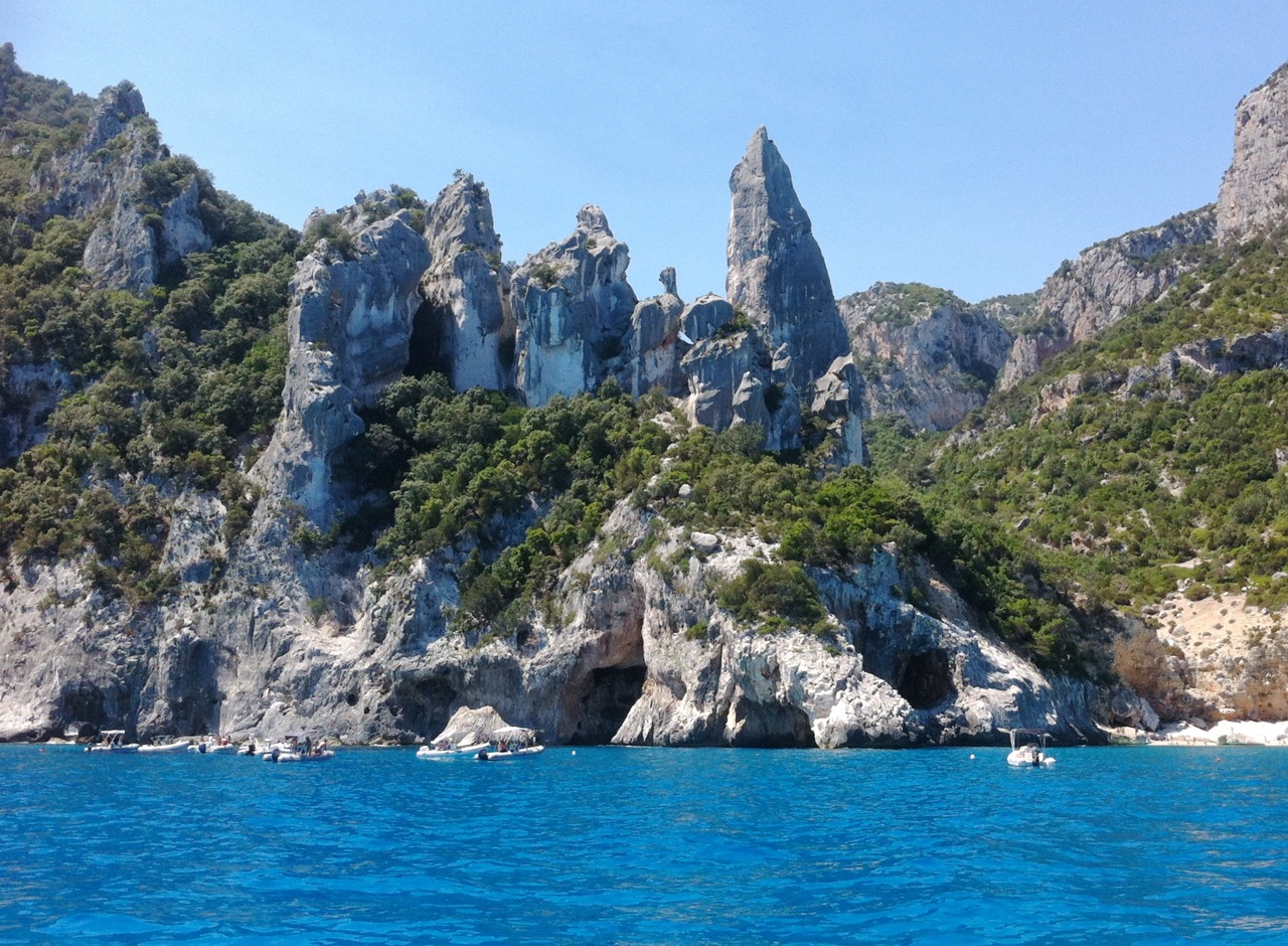Cala Goloritze ist typisch sardisch: präsenter als das Meer ist das Land
