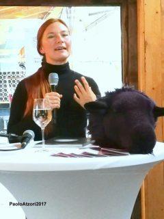 Nicole raukamp - Speaker mit schwarzem Schaf (Foto: Paolo Atzori)