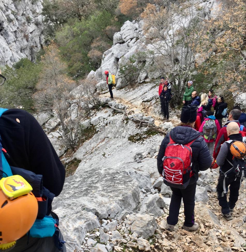 Tolles Team-Event: Trek zum Voragine di Tiscali, mit Bestaunen einer Grotte und anschließendem Hirtenessen